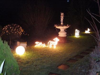 Auch der Garten wird weihnachtlich geschmückt und beleuchtet.