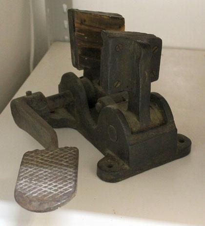 In welchem Gewerbe brauchte man dieses schwere Gerät mit Fußbetrieb ? Vielleicht beim Wagenbau ?
