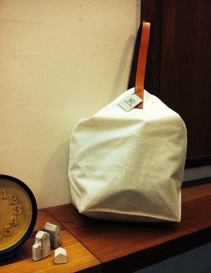今回のバッグは『白×キャメル』です!