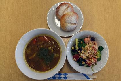 くじら肉のカレースープ、カニとグラノーラのサラダ