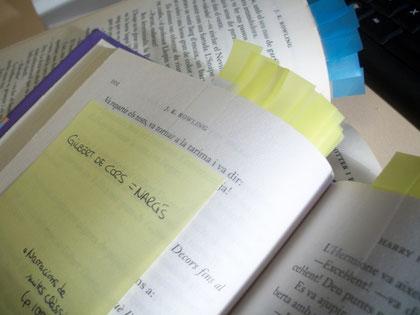 """Llibres amb """"post-it"""" per marcar els referents. Fotografia pròpia."""