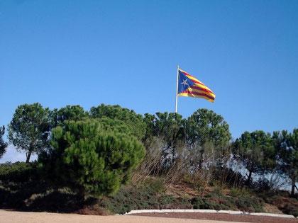 Die katalanische Flagge mit dem Stern der Unabhängigkeit - auf einem Straßenrondell bei Vilasacra (Girona)