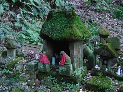 Creepy foxes at Sasuke-inari Jinja