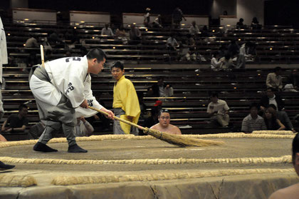 Sweeping the dohyō