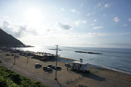 浜茶屋も準備完了。シャイニング・ビームを受ける日本海に力強さを感じました