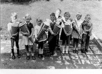 Einschulung 1967 (geht nicht größer) Von links nach rechts: Dietmar Koch, Sabine Huchthausen, Kerstin Messerschmidt, Harald Ude, Wolfgang Katzenberger, Marlies Huchthausen, Karla Biel und Thomas Schulz