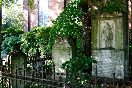 Anlage mit 3 Klopstock-Grabmälern