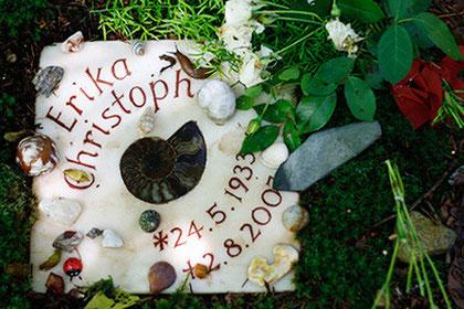 Baumbestattung, Waldfriedhof München mit individueller Grabgestaltung