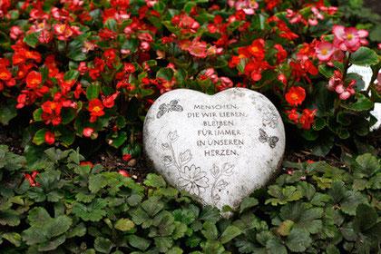 Grabschmuck, Symbol (Herz mit Inschrift)