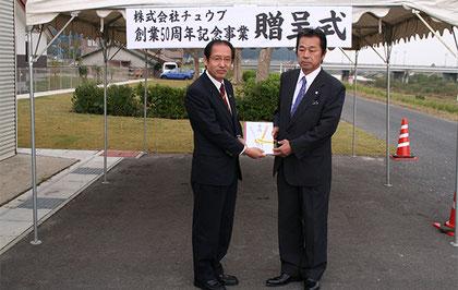石田耕太郎倉吉市長・弊社社長大田英二(芝生贈呈式)