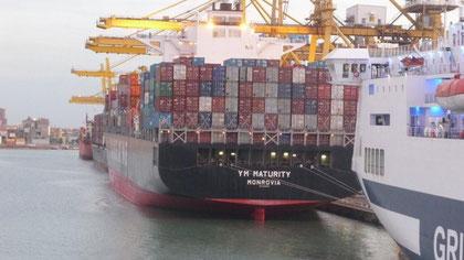 riesiges Containerschiff im Industriehafen von Livorno