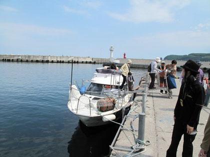 9:35 写真のクルーザーに乗船。客は15人位だった。