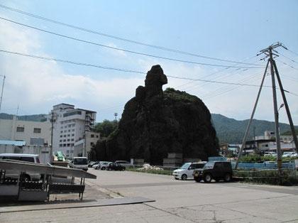 9:33 乗船直前 横を見るとこんな岩が・・これはゴジラ岩と言うそうです。。