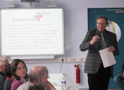 Schulleiter Joachim Paul erläutert das pädagogische Konzept unserer Schule