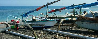 Auslegerboote im Hafen von Bangsal