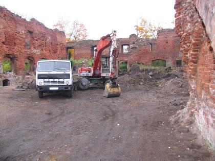 2008 г. Очистка замкового двора.