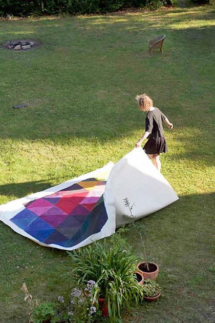 Elvira Nungesser im Garten mit ihrer Arbeit