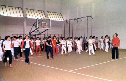 Il M° Ennio Falsoni conduce un affollato stage a Saluzzo nel 1980