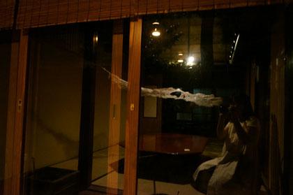 夜・窓ガラスに反映