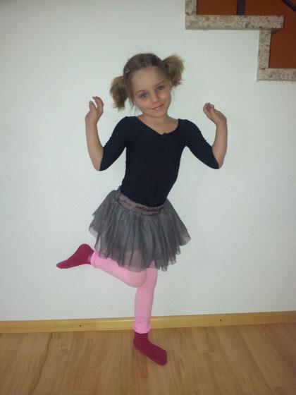 Merle hat vom Osterhasen ein Ballettoutfit bekommen!