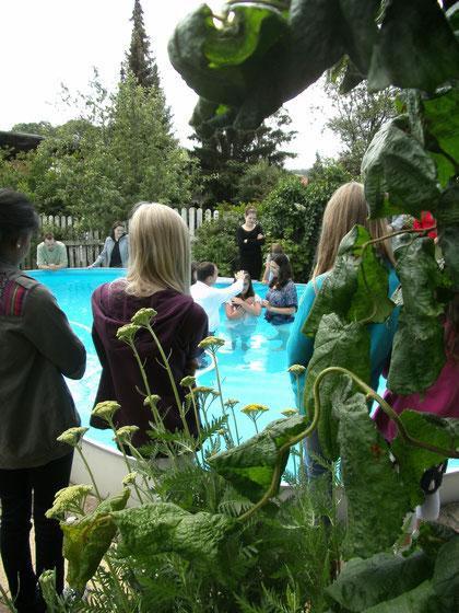 Hannas Taufe mit den Paten und Pfarrer Grubert