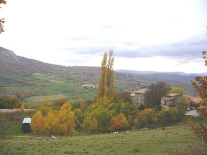 La ferme du Pigeonnier en automne, dèrrière le village de Limans