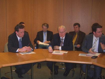 Helmut Dammann-Tamke (MdL-CDU), Umweltminister Sander, Kai Seefried (Mdl-CDU) v.l.n.r. Vordergrund