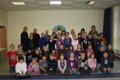 Einen Buchpreis gewonnen hat die Klasse 4a der Grundschule Larrelt, hier zusammen mit der 4b, den Klassenlehrerinnen und den Lesemüttern.