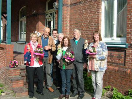 Und nun regnet es Spenden: 1200,- Euro für die Diakonie vor Ort, die uns dafür mit wunderschönen Blumen dankt.