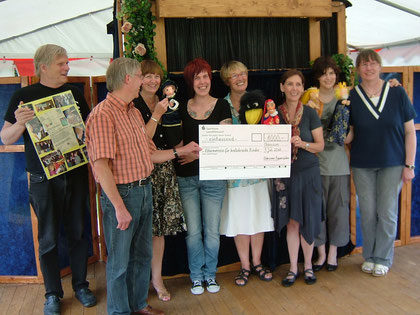 """10.07.2011: Beim Märchenfest in Wiesmoor  übergeben wir einen Spendenscheck von 1000 Euro an Agnes Kramer (3.v.l.) und Dieter Seemann (2.v.l.) vom """"Elternverein""""."""