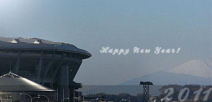 日産スタジアムの向こうに見える富士山