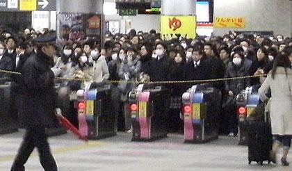 改札制限でホームには順次入場(東急大井町駅)