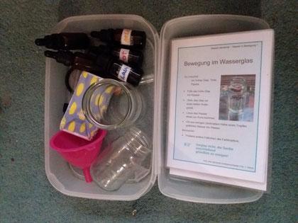 Erstes Experimentiermaterial mit Anleitungen für kleine Experimente