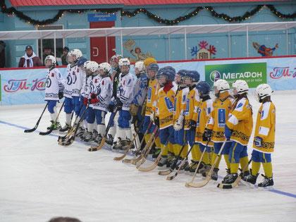 """Детские команды """"Юного динамовца"""" и """"Зоркого"""" перед матчем на Красной площади (8 февраля 2009 года)"""