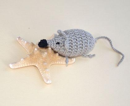 Мышустик хочет на море( игрушка вязаная с бубенчиком  мышка,слингоигрушка ) 300 руб ,припокупке от трех игрушек - цена мышонка-280руб.,так же в комплекте с бусами