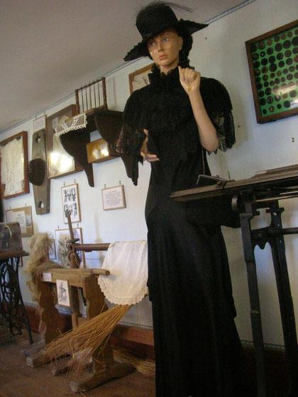 Le textile : habits du dimanche et objets liés au filage et au cardage