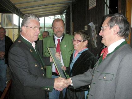 """Peter komponierte das """"Stainzer Kohlenhüttenlied""""-bei der CD Präsentation am 13.Mai 2009 in Stainz-v.l.n.r.Peter;Bgmstr.Dir.Walter Eichmann;Elfi u.Fredi Kroyss"""