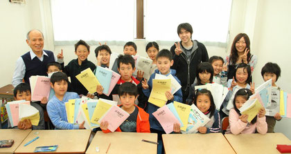 小学生の春期講習最終日。塾長と、講師のお兄さん・お姉さんも一緒に
