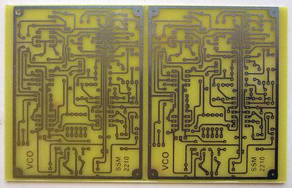 Juste aprés gravure. Une plaque de cuivre de 16x10 cm permet de fabriquer 2 pcb d'un coup.