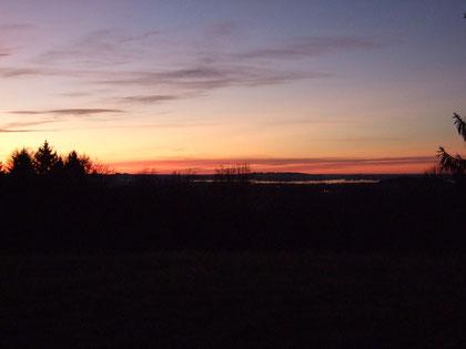 Blick vom Haus auf den Chiemsee in der Abenddämmerung