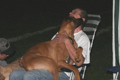 auf Papas Schoß schläft es sich am besten