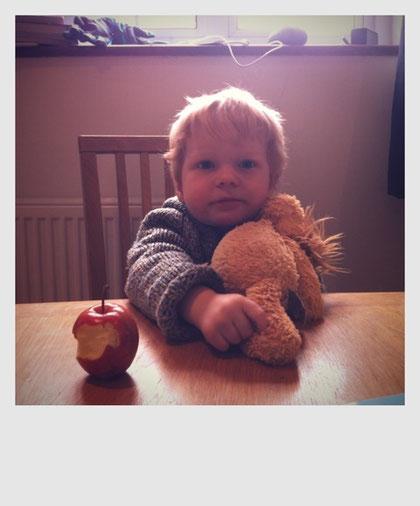 友人の息子ルーク、1歳にしてもう林檎の丸齧り!