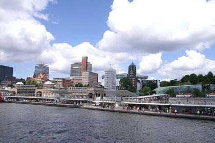 Hamburg; Landungsbrücken am Elbufer
