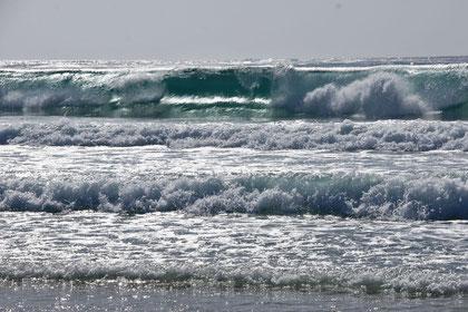 Wellen, Wellen, Wellen ... mal auf Sand mal auf Fels. (und ich weiss ... auf Hawaii sind sie grösser!)