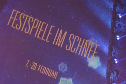 Den Slogan auf den Auslauf der Sprungschanze proiziert anlässlich der Eröffnungs- zeremonie