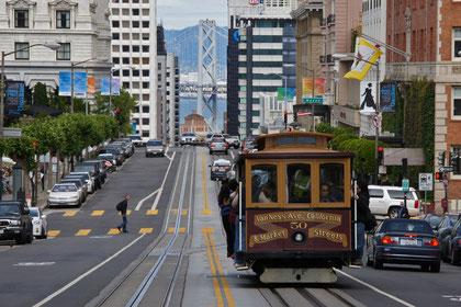das hügelige San Franszico ermöglicht spannende Blicke (hier taucht unvermittelt ein Pfeiler der Oakland-Bay-Bridge in Hintergrund auf)