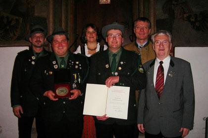 Vertreter der Vorstandschaft mit der begehrten Auszeichnung, Vertreter der Gemeinde: 1. Bgm. Sepp Marchl, Vertreter des Schützengaus Cham: Paul Schrauf