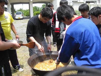 規律研修 野外炊飯 煮込み風景