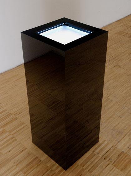 """""""600 Tage zum Mond, 60 Sekunden zurück"""", Plexiglass, plaster, spray-paint, rain, coldcathodes, 91x38x38cm, 2011"""