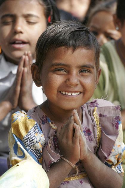 Mädchen in der Schule beim Gebet